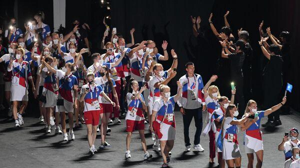 Российские спортсмены, члены сборной России (команда ОКР) во время парада атлетов на торжественной церемонии закрытия XXXII летних Олимпийских игр в Токио на Национальном олимпийском стадионе