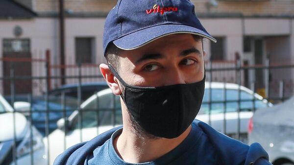 Стендап-комик Идрак Мирзализаде у здания Таганского районного суда города Москвы
