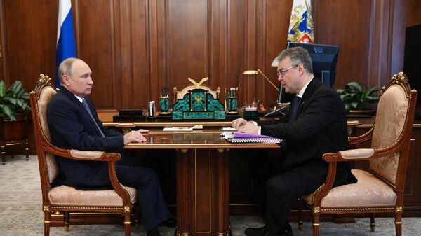 Президент РФ Владимир Путин и губернатор Ставропольского края Владимир Владимиров во время встречи