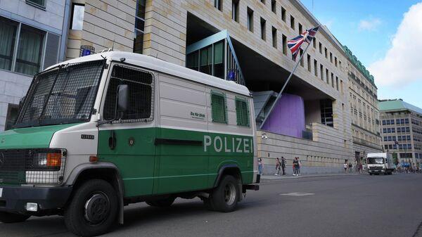 Полицейский автомобиль у здания посольства Великобритании в Берлине