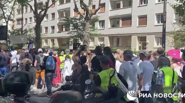 Акция протеста против санитарных пропусков проходит в Париже