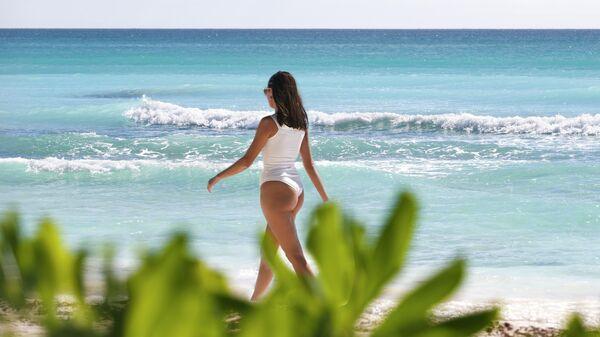 Женщина на пляже в Доминиканской Республике