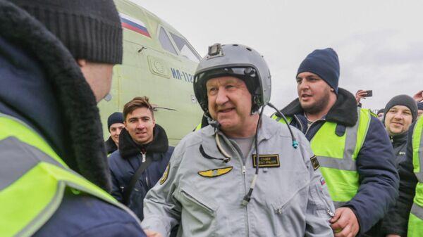 Летчик-испытатель ПАО Ильюшин, Герой России Николай Куимов после первого испытательного полета новейшего российского легкого военно-транспортного самолета Ил-112В