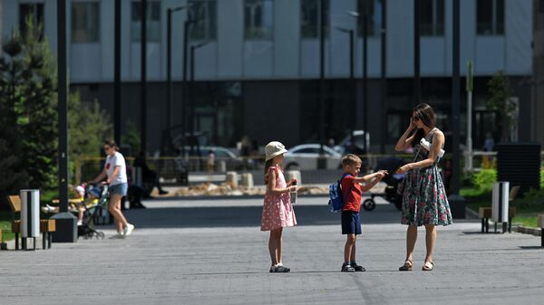 Женщина с детьми в жилом комплексе Зиларт на территории бывшего автозавода имени И. А. Лихачева в Москве