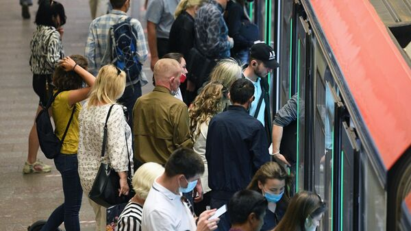 Пассажиры на станции метро