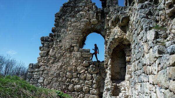 Туристы на территории пещерного города Мангуп-Кале в Бахчисарайском районе Крыма
