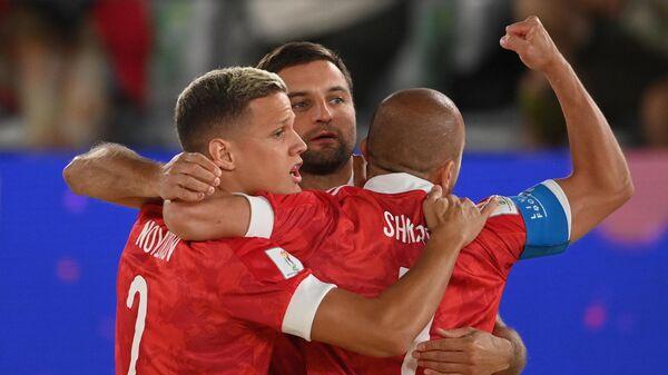 Российские спортсмены, члены сборной России (команда РФС) радуются забитому голу в матче группового этапа чемпионата мира по пляжному футболу 2021 между командой Российского футбольного союза и сборной Парагвая.