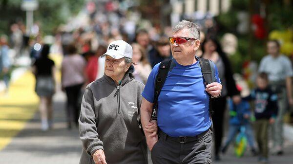Пенсионеры на улице в Геленджике
