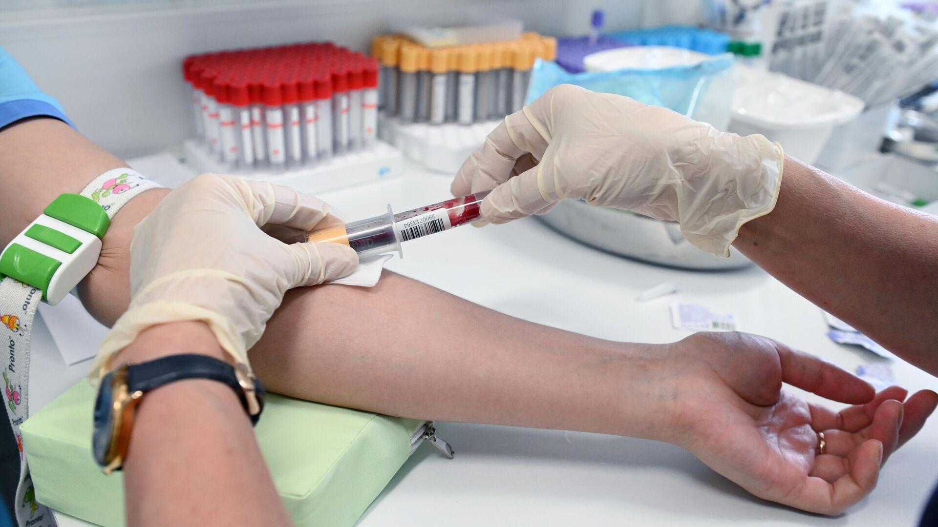 Медицинский работник проводит забор крови - РИА Новости, 1920, 12.09.2021