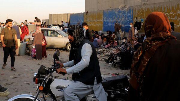 Люди возле международного аэропорта имени Хамида Карзая в Кабуле