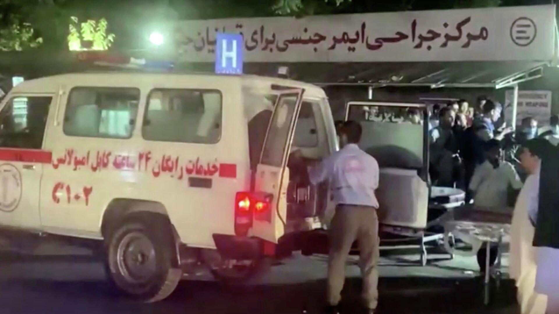 Эвакуация раненых в результате взрыва возле аэропорта Кабула - РИА Новости, 1920, 27.08.2021
