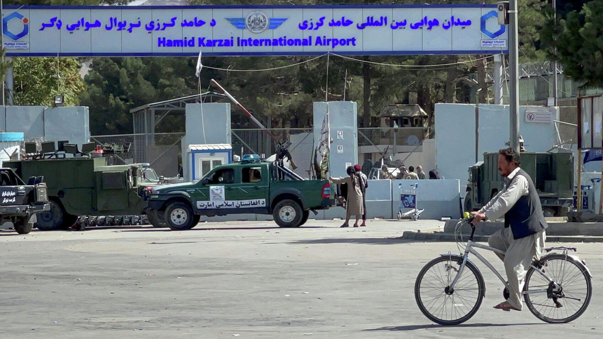 Члены Талибана* на въезде на территорию аэропорта Кабула - РИА Новости, 1920, 09.09.2021