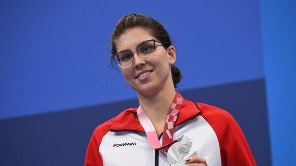 Российская спортсменка, член сборной России (команда ПКР) Анна Крившина, завоевавшая серебряную медаль в финальном заплыве на 50 метров вольным стилем среди женщин в классе S13 на соревнованиях по плаванию на XVI Летних Паралимпийских играх, на церемонии награждения.