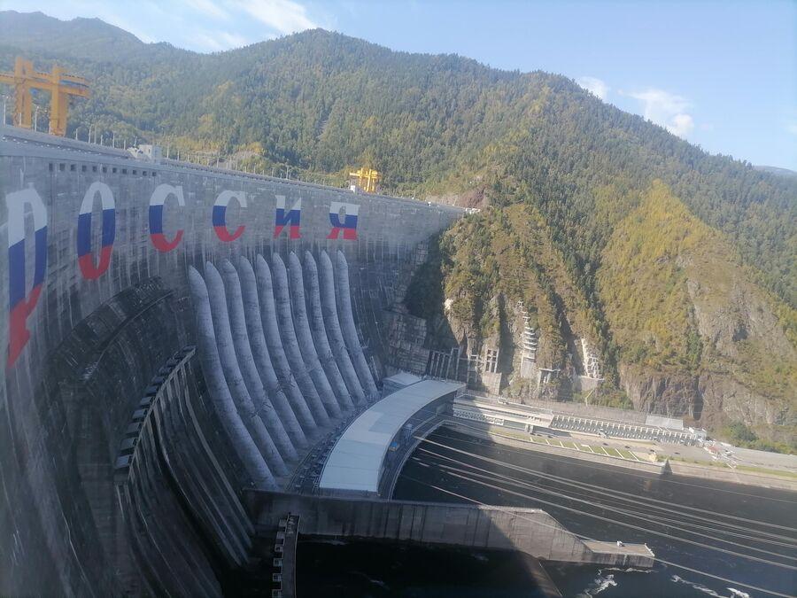 Вид на надпись Россия на Саяно-Шушенской ГЭС