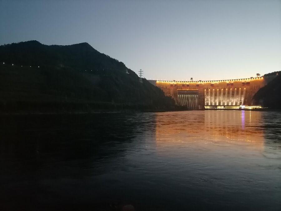 Вечерний вид на Саяно-Шушенскую ГЭС