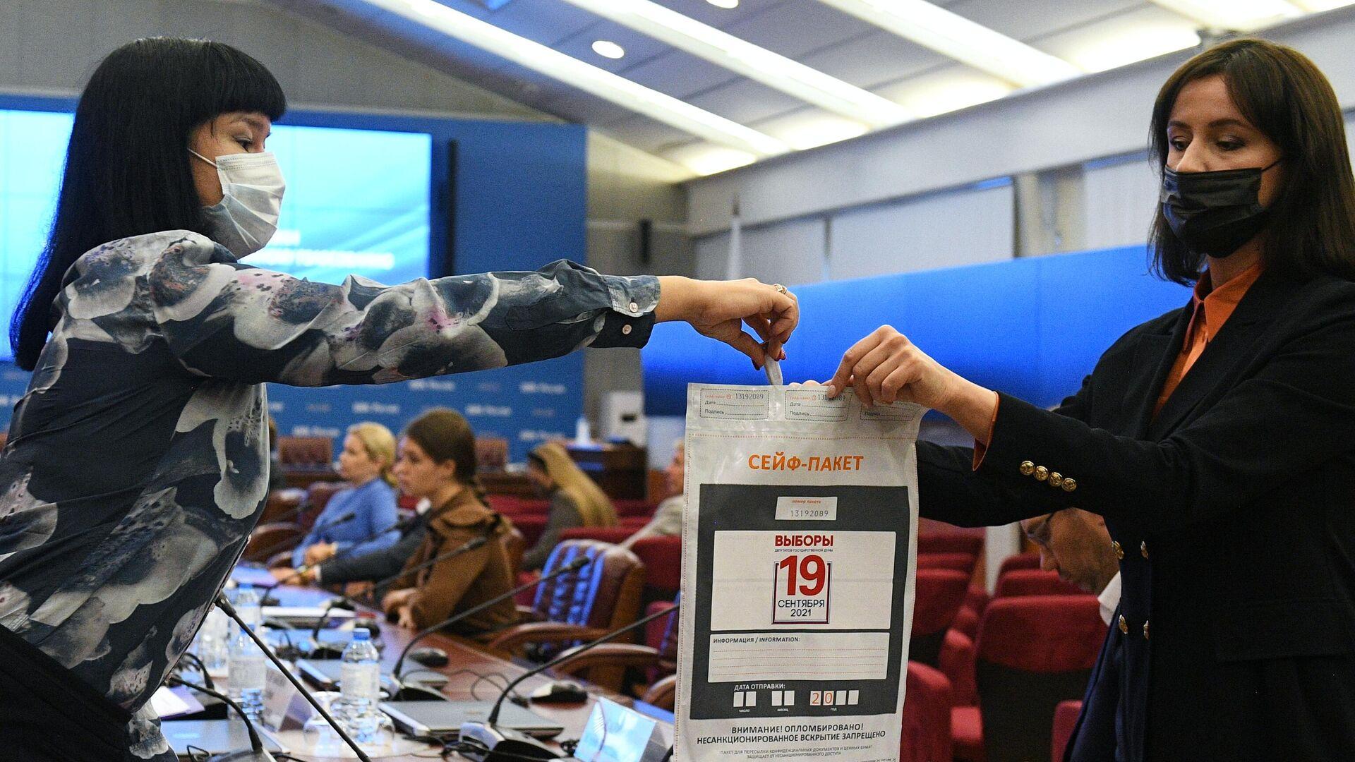 Во время демонстрации процедуры создания и разделения ключа для дистанционного электронного голосования (ДЭГ) в Центральной избирательной комиссии РФ в Москве - РИА Новости, 1920, 15.09.2021