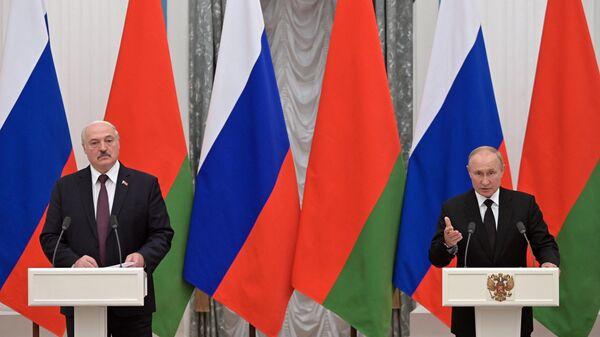 Президент РФ Владимир Путин и президент Белоруссии Александр Лукашенко во время совместной пресс-конференции по итогам встречи
