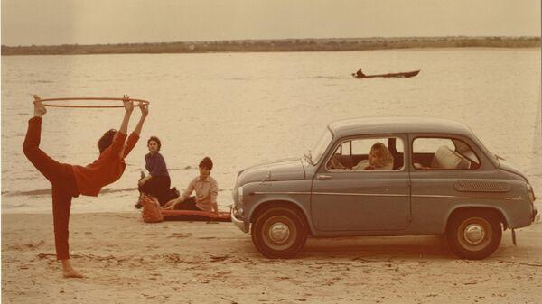 Юрий Левянт. Реклама автомобиля ЗАЗ-965 (Запорожец). Начало 1960-х. Работа представлена на выставке Первоцвет. Ранний цвет в российской фотографии
