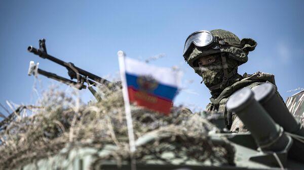 Российский военнослужащий на учениях