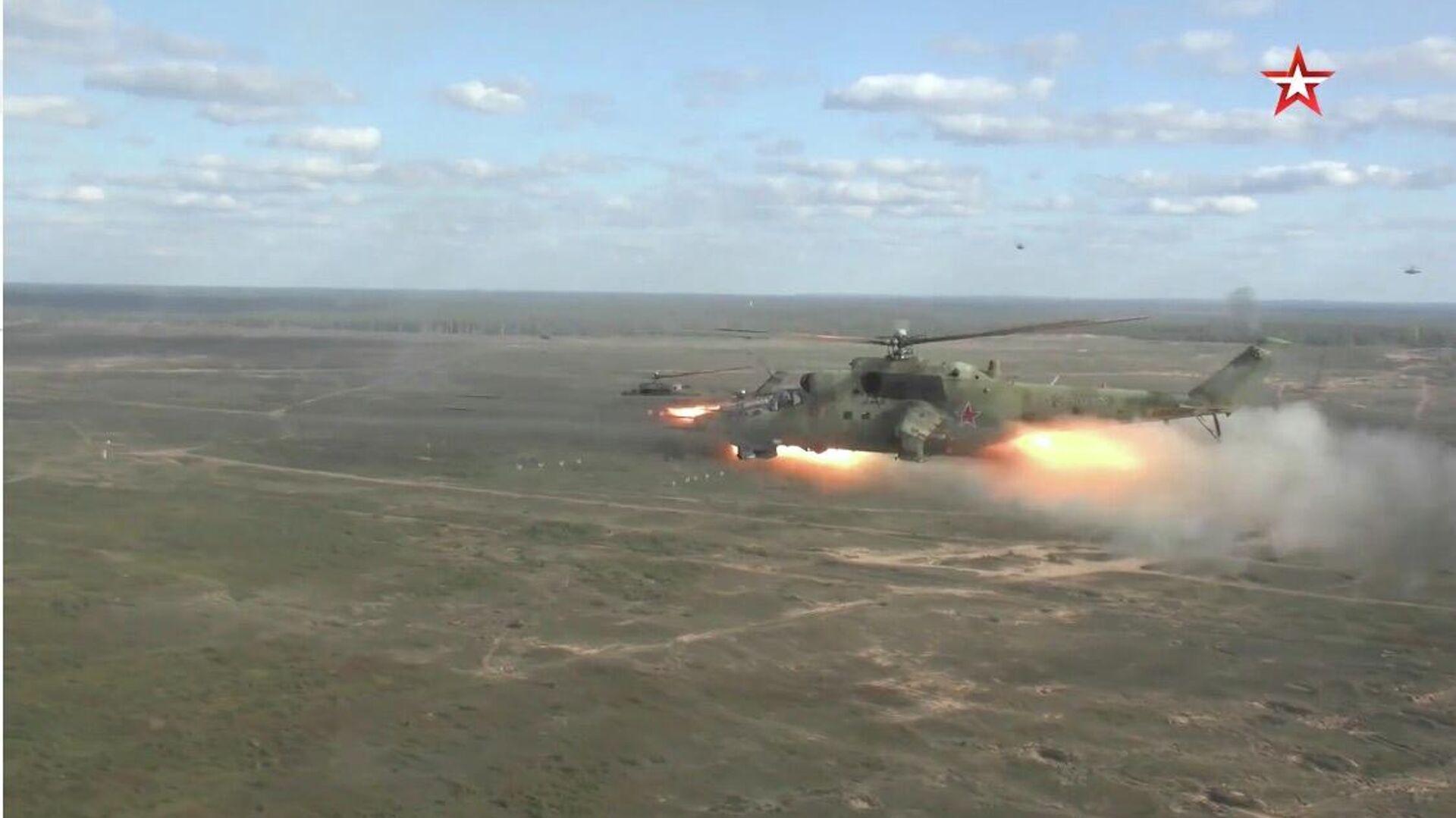 Вертолеты Ми-35 и Ми-24  на совместных стратегических учениях Запад-2021 - РИА Новости, 1920, 12.09.2021