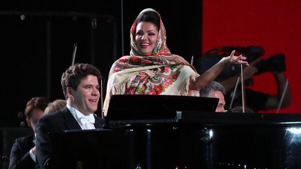 Оперная певица Анна Нетребко и пианист Денис Мацуев после выступления на гала-концерте звёзд мировой оперной сцены, приуроченного к проведению чемпионата мира по футболу - 2018