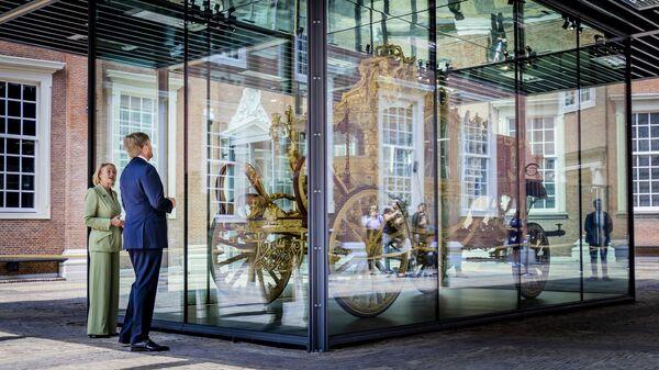 Король Виллем-Александр смотрит на Золотую Карету в музее Амстердама