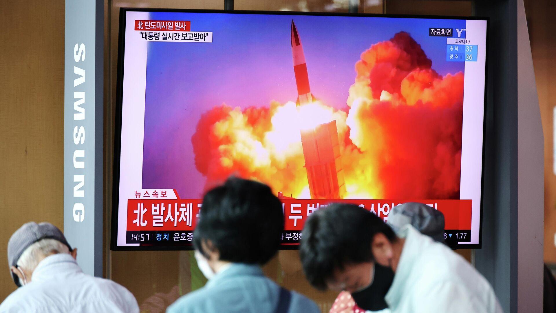 Трансляция кадров запуска северо-корейской баллистической ракеты в Сеуле - РИА Новости, 1920, 15.09.2021