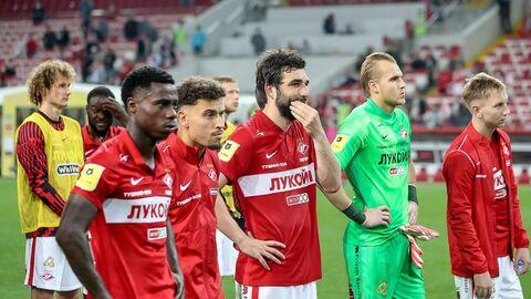 Футболисты Спартака подошли к фанатской трибуне