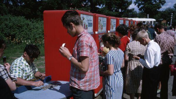 Люди возле автоматов по продаже газированной воды в СССР