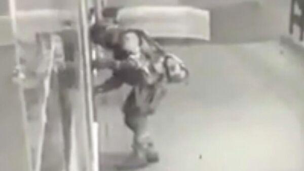 1750322569 0:344:1000:907 600x0 80 0 0 029393986f1a427f220c9c56f9607ad7 - Появилось фото с места задержания подозреваемого в атаке на отдел полиции под Воронежем