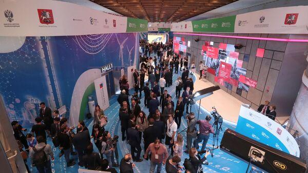 Участники форума Российская энергетическая неделя в Москве