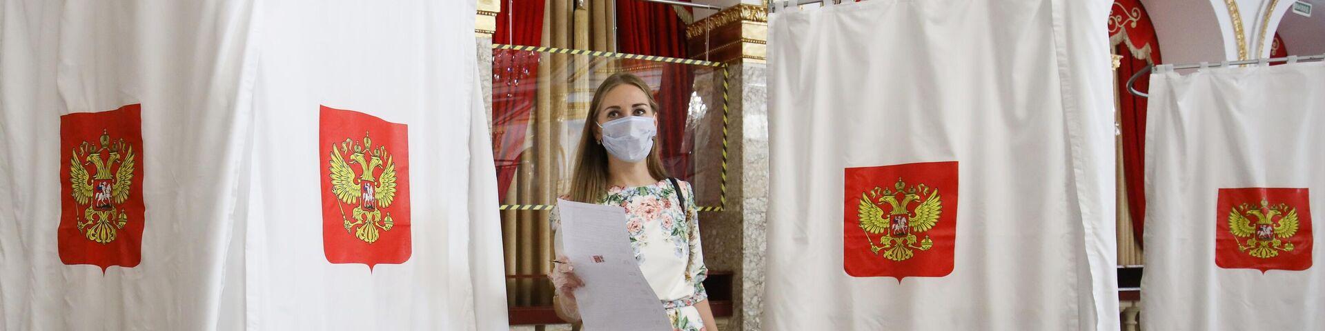 Девушка голосует на избирательном участке №20-10 в Краснодаре - РИА Новости, 1920, 10.09.2021