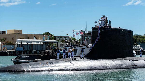 Атомная ударная подводная лодка класса Вирджиния в составе ВМС Соединенных Штатов SS Illinois возвращается на базу в Перл-Харбор-Хикэм. 13 сентября 2021 года