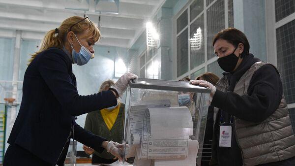 Подсчет голосов после закрытия избирательного участка №1986 в Новосибирске