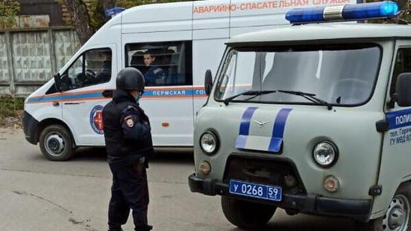 Машины полиции и аварийно-спасательной службы на улице Перми