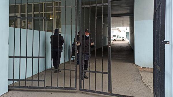 Сотрудники правоохранительных органов дежурят у входа на территорию Пермской краевой клинической больницы, куда доставили пострадавших от стрельбы в Пермском государственном национальном исследовательском университете