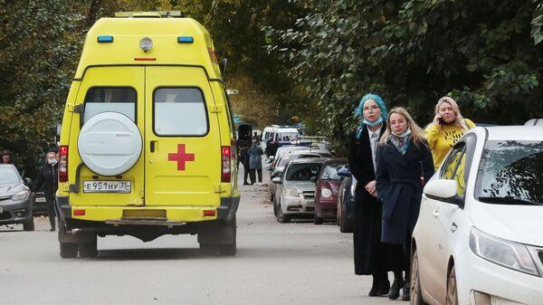 Автомобиль скорой медицинской помощи неподалеку от Пермского государственного национального исследовательского университета, где вооруженный молодой человек открыл стрельбу.