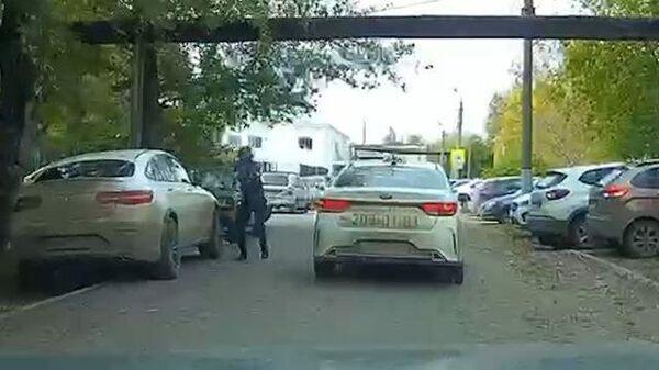 Студент стреляет по машине на пути к пермскому вузу. Кадры с видеорегистратора