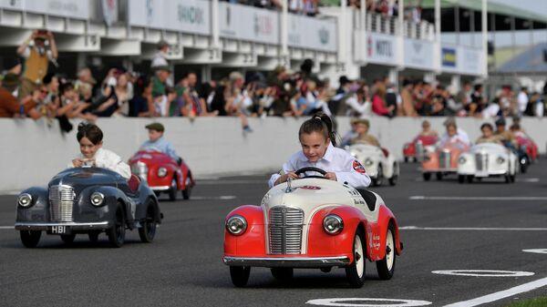 Дети принимают участие в гонках на педальных автомобилях Settrington Cup, Великобритания
