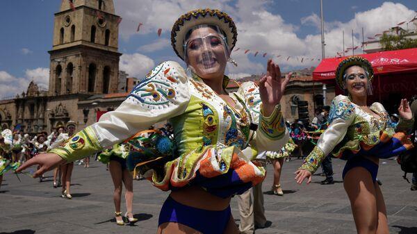 Танцовщицы на фестивале Капоралес в Ла-Пасе