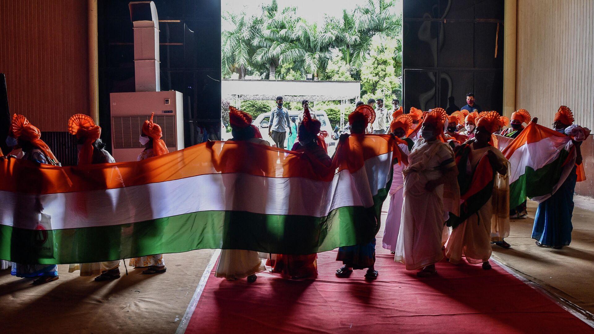Женщины в традиционной одежде держат флаг по случаю празднования Дня независимости Индии в Бангалоре - РИА Новости, 1920, 24.09.2021