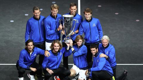 BOSTON, MASSACHUSETTS - SEPTEMBER 26: (Top L-R) Vice Captain Thomas Enqvist, Alexander Zverev, Daniil Medvedev, Casper Ruud (Bottom L-R) Feliciano Lopez, Stefanos Tsitsipas, Andrey Rublev, Matteo Berrettini and Captain Bjorn Borg of Team Europe pose with the Laver Cup trophy after Team Europe defeated Team World to win the 2021 Laver Cup at TD Garden on September 26, 2021 in Boston, Massachusetts.   Adam Glanzman/Getty Images for Laver Cup/AFP (Photo by Adam Glanzman / GETTY IMAGES NORTH AMERICA / Getty Images via AFP)