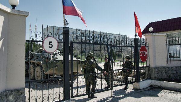 Военнослужащие в районе военной части у аэропорта Бельбек
