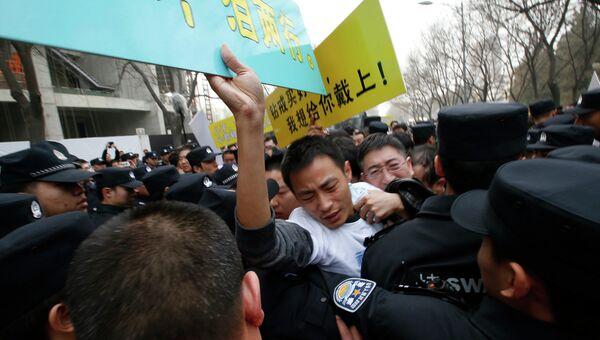 Манифестация родственников пассажиров пропавшего Boeing 777 у посольства Малайзии в Пекине закончилась столкновениями с полицией. Фото с места события