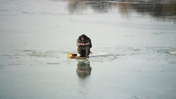 Рыбак на льду. Архивное фото