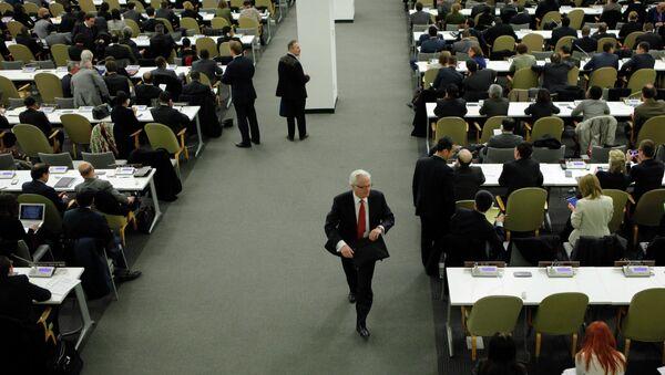 Посол России в ООН Виталий Чуркин покидает пленарное заседание Генеральной Ассамблеи в Нью-Йорке после голосования. 27 марта 2014