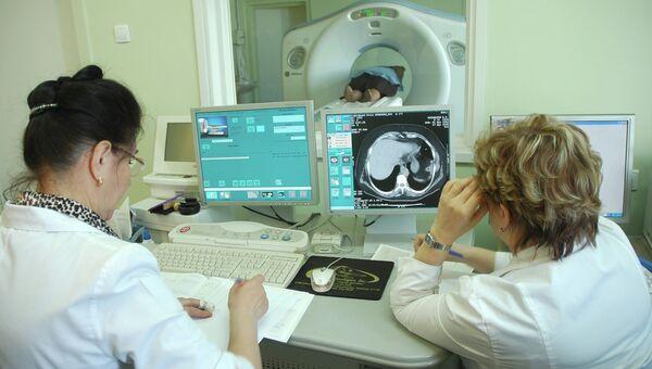 Врачи обследуют пациента. Архив