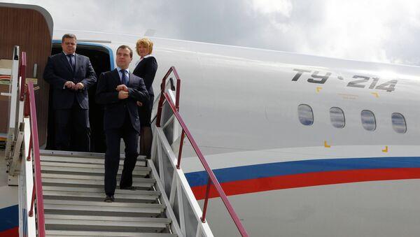 Дмитрий Медведев спускается по трапу самолета. Архивное фото