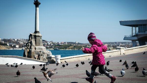 Ребенок на набережной в городе Севастополе