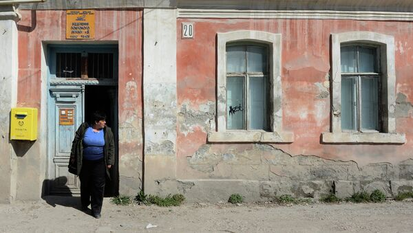 Женщина у отделения почтовой связи на одной из улиц Бахчисарая
